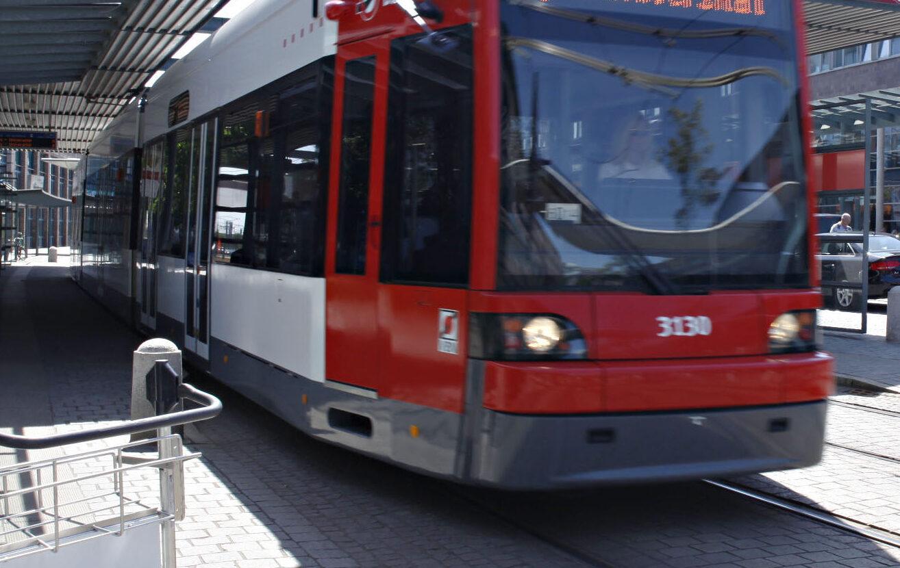 Unbekannte bewerfen Straßenbahn mit Ziegelsteinen – Polizei sucht Zeugen