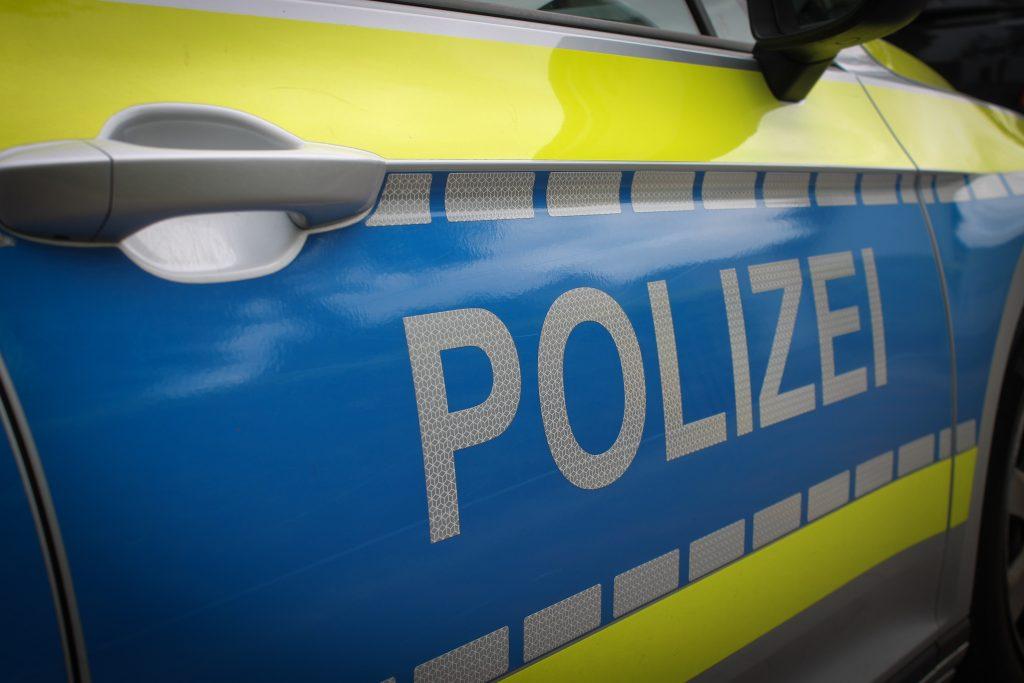 Mann kommt einer Frau zu Hilfe und vereitelt Diebstahl nahe des Bahnhofs – Frau wird verletzt