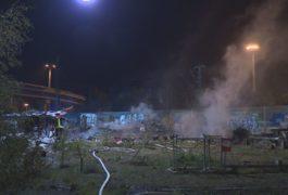 Unterkünfte von Obdachlosen in Flammen – Großeinsatz am Güterbahnhof