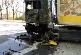 Lkw kracht in Gegenverkehr – Drei Personen verletzt