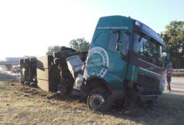 Mit Schweinen beladener Transporter fällt auf der A1 bei Brinkum auf die Seite – Reifen platzt